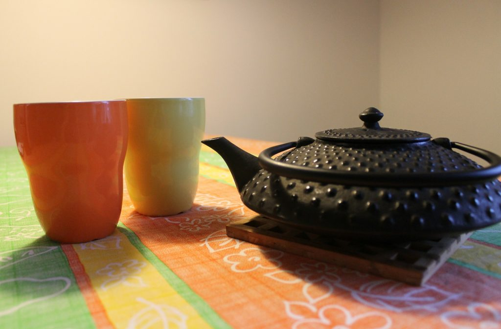 Cast iron teapot with 2 colored ceramic cups